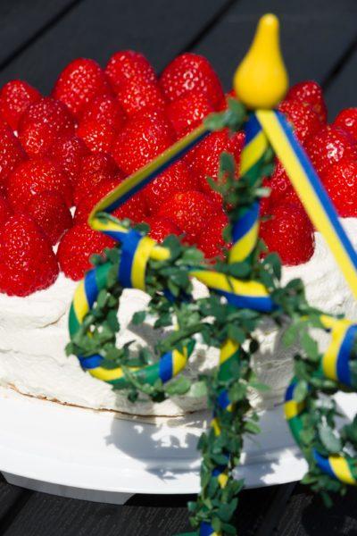 Midsommar och jordgubbstårta