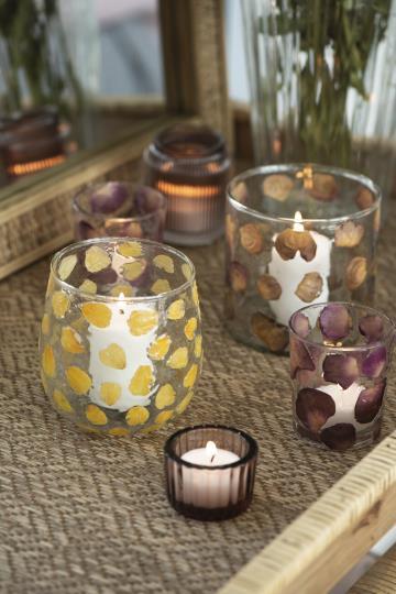 Ljuslykta i glas med gula blad
